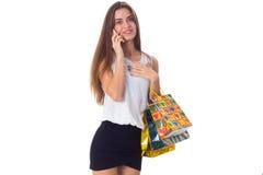 Женщина с smartphone и хозяйственными сумками Стоковые Фото