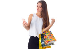 Женщина с smartphone и хозяйственными сумками Стоковое Фото