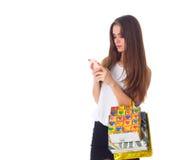 Женщина с smartphone и хозяйственными сумками Стоковые Фотографии RF