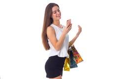 Женщина с smartphone и хозяйственными сумками Стоковое Изображение