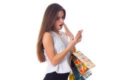 Женщина с smartphone и хозяйственными сумками Стоковые Изображения