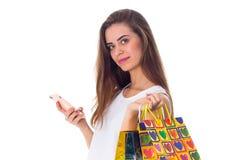 Женщина с smartphone и хозяйственными сумками Стоковое фото RF