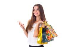 Женщина с smartphone и хозяйственными сумками Стоковые Изображения RF