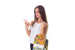 Женщина с smartphone и хозяйственными сумками Стоковая Фотография RF