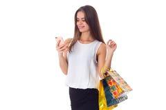 Женщина с smartphone и хозяйственными сумками Стоковое Изображение RF
