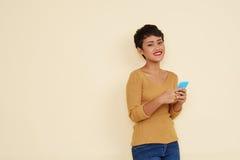 Женщина с smartphone Стоковые Изображения RF