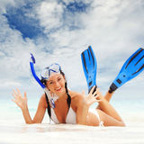 Женщина с snorkeling оборудованием на пляже Стоковая Фотография