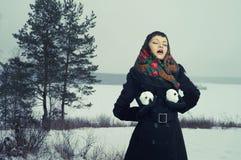 Женщина с snow-balls Стоковое Изображение