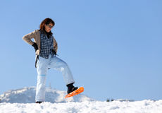 Женщина с snowshoes в горах Стоковое фото RF