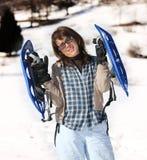 Женщина с snowshoes в горах Стоковая Фотография