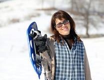 Женщина с snowshoes в зиме Стоковое Изображение