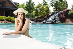 Женщина с sunhat на бассейне Стоковая Фотография
