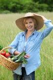 Женщина с vegetable корзиной стоковые изображения rf