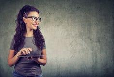 женщина таблетки компьютера счастливая стоковое изображение