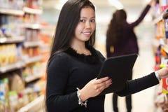 женщина таблетки покупкы списка компьютера стоковое изображение
