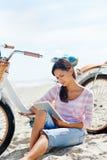 Женщина таблетки велосипеда пляжа Стоковое Фото