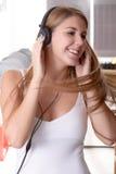 Женщина танцуя к музыке в ее доме Стоковая Фотография RF
