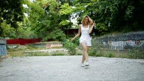 Женщина танцуя современная хореография в парке города вне руин города и Бедр-хмеля и джаз-фанка граффити акции видеоматериалы