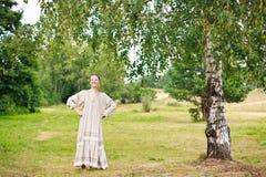 Женщина танцы в русском национальном платье. Стоковые Изображения RF