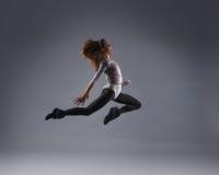 Женщина танцы молодого брюнет кавказская женская Стоковая Фотография