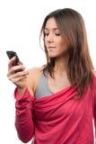 женщина текста сообщения мобильного телефона печатая на машинке стоковое фото rf