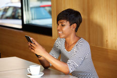 женщина текста чтения мобильного телефона сообщения