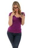 женщина текста чтения сообщения Стоковое фото RF