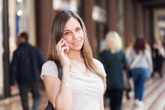 женщина телефона говоря стоковое фото