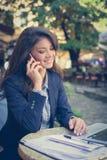 женщина телефона дела сь говоря Стоковые Фото