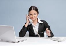 женщина телефона офиса дела вскользь говоря Стоковое фото RF