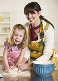 женщина теста ребенка замешивая Стоковое Фото