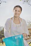 женщина теста хлебопека смешивая Стоковые Изображения