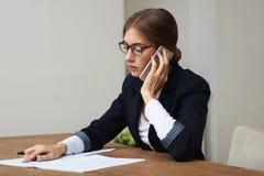 женщина телефона дела говоря Стоковая Фотография