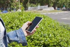 Женщина телефона пустого экрана городская Стоковое фото RF