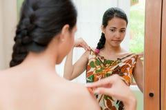 женщина ткани пробуя Стоковые Фото