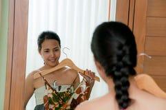 женщина ткани пробуя Стоковые Изображения RF