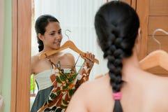 женщина ткани пробуя Стоковое Изображение RF