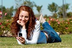 женщина травы говоря Стоковое Фото