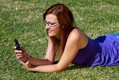 женщина травы говоря Стоковое фото RF