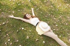 женщина травы лежа Стоковая Фотография