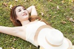 женщина травы лежа Стоковая Фотография RF