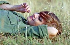 женщина травы лежа воинская Стоковые Фото