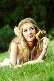 женщина травы лежа розовая Стоковая Фотография