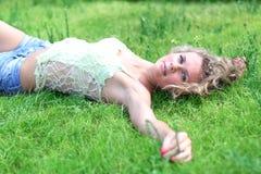 женщина травы лежа Стоковые Изображения