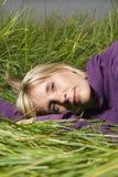женщина травы лежа Стоковые Фото