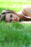 женщина травы лежа Стоковое фото RF