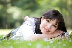 женщина травы лежа Стоковые Изображения RF