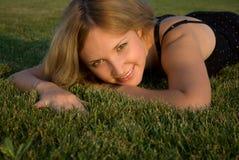 женщина травы милая Стоковые Изображения