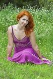женщина травы милая стоковое изображение
