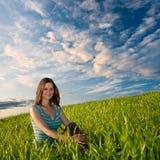 женщина травы сидя Стоковое Изображение RF